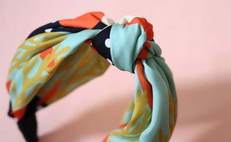 Los coloristas y solidarios turbantes que Yanire empezó a diseñar mientras superaba un cáncer