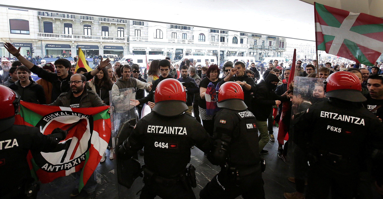 Increpan y zarandean a simpatizantes de Vox tras el mitin de Abascal en San Sebastián