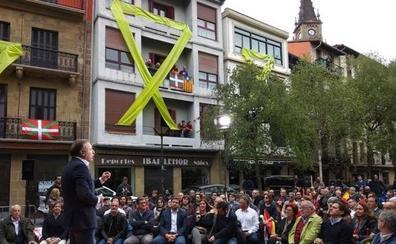 Lazos gigantes amarillos, abucheos y pancartas contra Rivera en Rentería