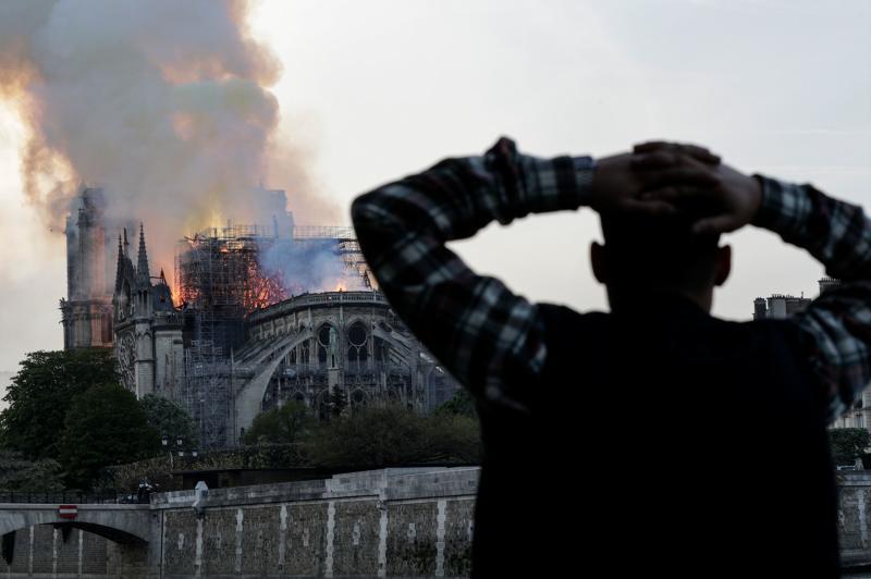 Llamas, humo y lágrimas: Notre Dame se tambalea ante los ojos de la multitud