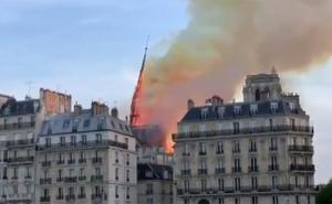 El momento en el que se desploma la aguja de la catedral de Notre Dame