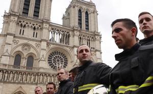 20 bomberos salvaron Notre Dame
