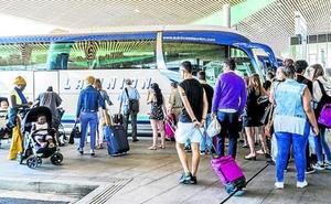Al menos 30 convoyes reforzarán los servicios en la estación de autobuses de Vitoria