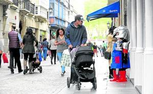 Bilbao retira el mobiliario urbano de bares y comercios para evitar caídas y limpiar fachadas