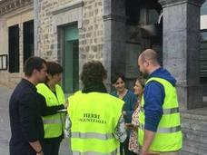 Cuatro personas recogen incidencias e informan a los vecinos de Amurrio