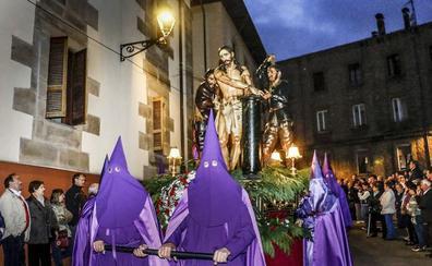 Una cofradía peruana se estrena en la Semana Santa vitoriana con 'El Descendimiento'