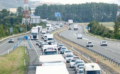 177.000 coches pasarán en Semana Santa por Álava, que usará la vieja N-1 para evitar atascos