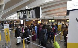 Pequeños retrasos por la huelga de las pasarelas en el aeropuerto de Loiu