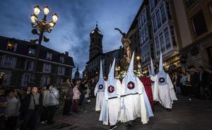 La solemnidad de la procesión del Santo Entierro ha tomado este Viernes Santo el centro de Vitoria