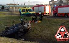 Rescatado un conductor en Arkaute tras salirse de la vía y quedar atrapado en su turismo
