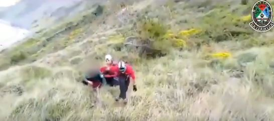 Rescatan en helicóptero a una familia atrapada por la marea en un acantilado de Zumaia