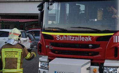 Un incendio calcina un coche y causa daños en otros dos turismos aparcados en Ortuella