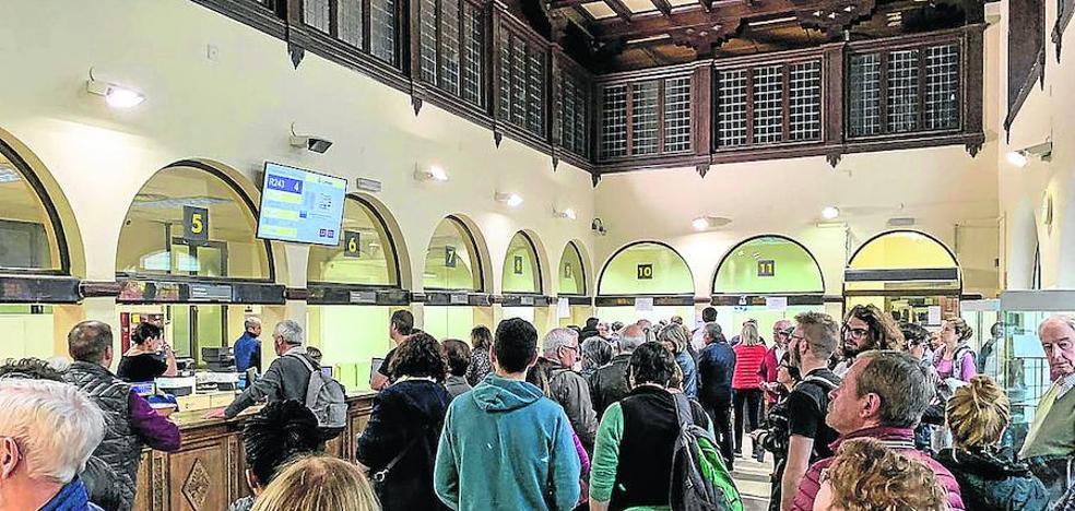 Las 34.000 peticiones de voto postal baten records y evidencian el colapso de Correos