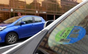 Los vehículos que entren en Madrid deben llevar desde mañana la pegatina ambiental