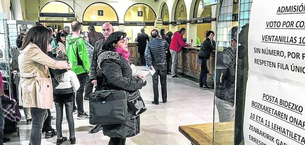 El colapso de Correos por el voto postal obliga a abrir oficinas hasta medianoche