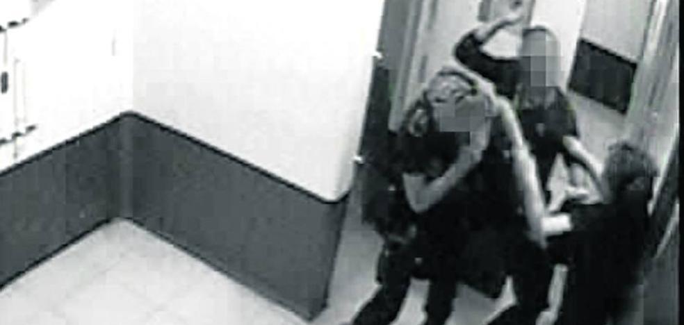 Imputan a dos ertzainas por la agresión a una mujer en los calabozos de la comisaría de Getxo