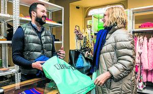 El comercio local de Vitoria asume que «le va bien» cuando decide abrir en Semana Santa