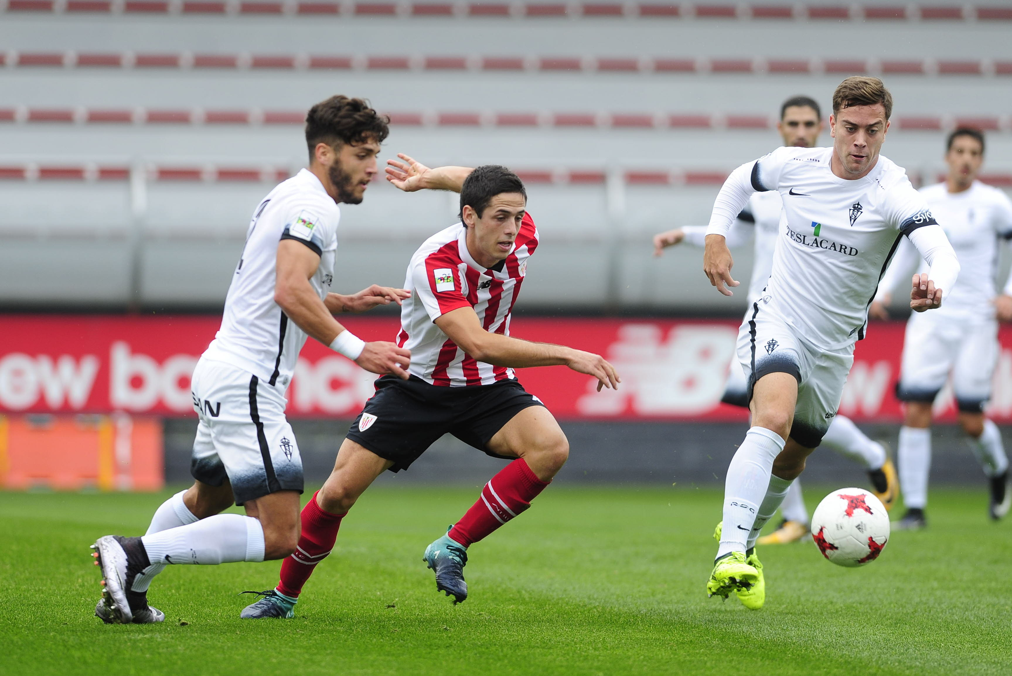 El Bilbao Athletic, ante una bola de partido