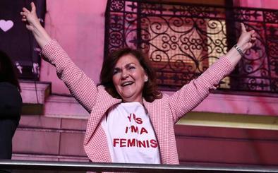 El look feminista y 'low cost' de Carmen Calvo