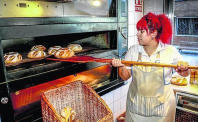 San Prudencio llega con un pan bajo el brazo