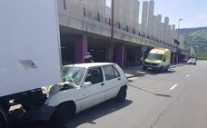 Un choque entre un camión y un turismo deja un herido en el Megapark de Barakaldo