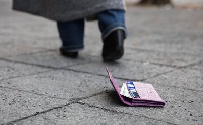 Cada fin de semana se roba una veintena de carteras y móviles en Vitoria
