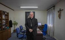 Una hoja del roble de Gernika, un colmillo tallado... Exploramos el despacho del obispo Iceta