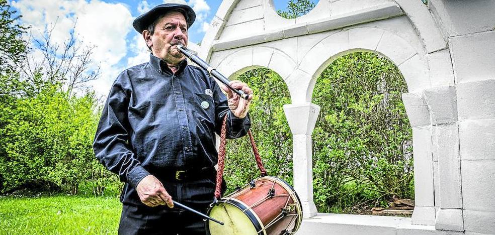 Txapi: «La tamborrada no es una cuadrilla de blusas»