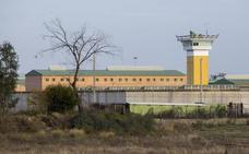 Un preso de Huelva se corta el cuello para que le dejen volver a entrar en prisión