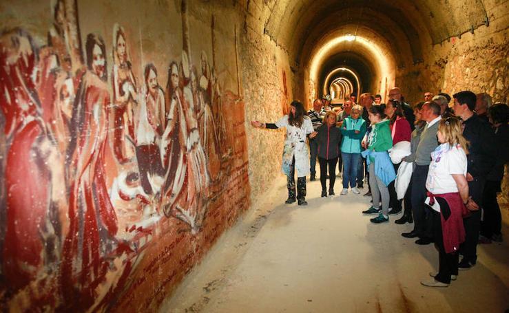 El túnel de Cicujano, en la vía del antiguo ferrocarril Vasco-Navarro, ya luce los murales de Irantzu Lekue