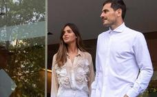 Sara Carbonero elige una camisa de Inditex en la salida de Iker del hospital