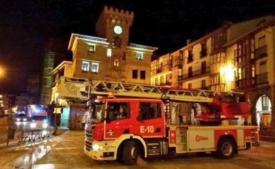 Cinco horas y los Bomberos de Bilbao para evacuar a una mujer con obesidad mórbida en Castro