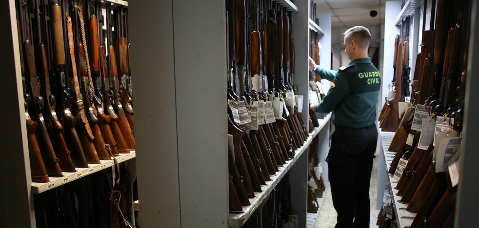 Una pistola por 2.500 euros y una ballesta por 800, entre las 472 armas que se subastarán en Bilbao