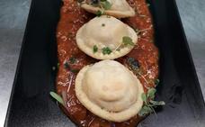 Receta de sorrentinos de cecina, queso de cabra y albahaca, con bolognesa de chuletón