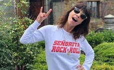 Maribel Verdú, la mayor fan de las camisetas optimistas de una tienda de Bilbao