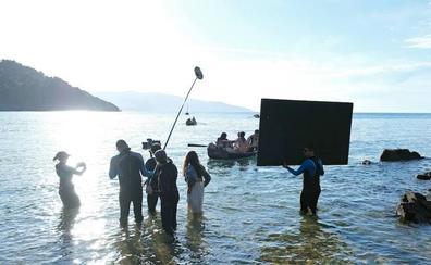 El director Pablo Agüero monta su 'Akelarre' en la playa de Laga