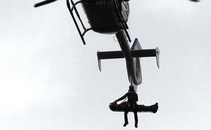 Rescatan en helicóptero a un hombre con la pierna rota en una cantera de Berango de difícil acceso
