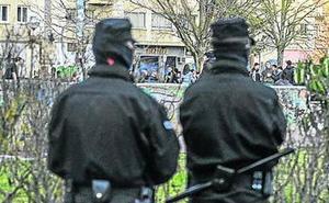 Una treintena de jóvenes se cita en un barrio de Vitoria para pegarse