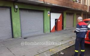 El incendio de un kart en un garaje obliga a desalojar tres edificios en Santurtzi en plena noche