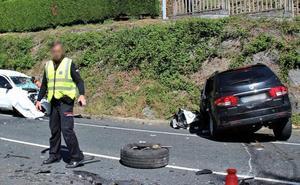 Dos personas quedan atrapadas en sus vehículos tras una colisión frontal en Llodio