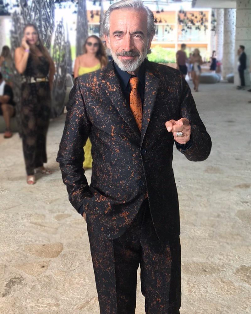 El traje más loco de Imanol Arias: así se interpreta la moda vasca al otro lado del charco
