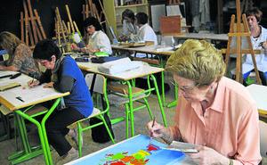 Profesores denuncian que una reforma dejará a cientos de alumnos fuera de las aulas para adultos
