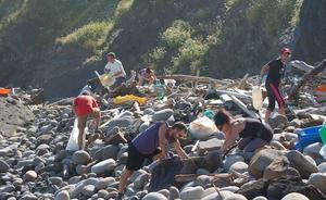 2.500 voluntarios para retirar plásticos de la costa de Urdaibai