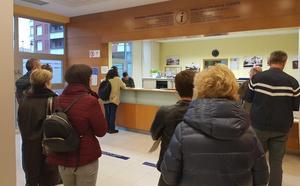 Salas sin médicos y colas de pacientes para cambiar su cita por la huelga en los ambulatorios