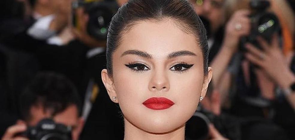 Selena Gómez convierte un sostén de abuela y una bata de boatiné en un look de alfombra roja