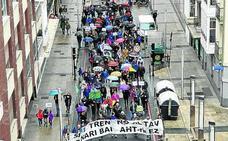 Un millar de personas pide en Vitoria alternativas al Tren de Alta Velocidad