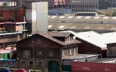 Derriban un edificio industrial protegido en Zorrozaurre ante el «riesgo de colapso»