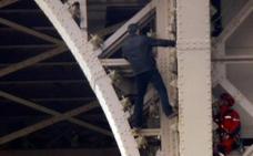 Evacúan la Torre Eiffel al descubrir a un hombre escalando el monumento