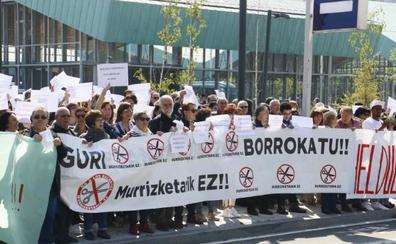 Un millar de alumnos y profesores exigen en Vitoria que se frenen los recortes en la educación para adultos