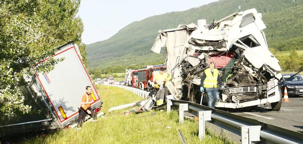 Un choque frontal entre dos camiones en la autovía A-1 en Asparrena deja dos heridos